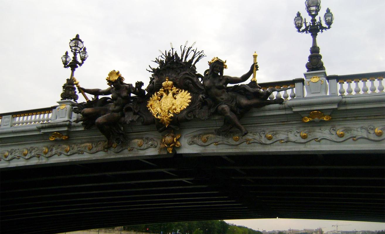 Uma das pontes sobre o Rio Sena