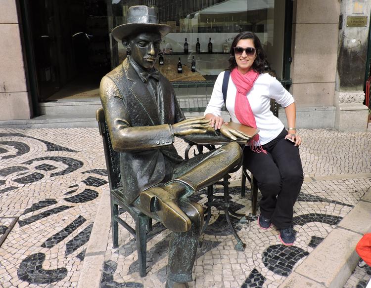 lugares-portugal-literatura-estatua-fernando-pessoa