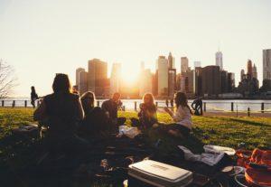 fazer-amizade-na-viagem-viajar-sozinha-grupos