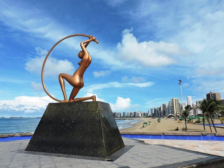 onde-ficar-em-fortaleza-hotel-sonata-praia-iracema-estatua