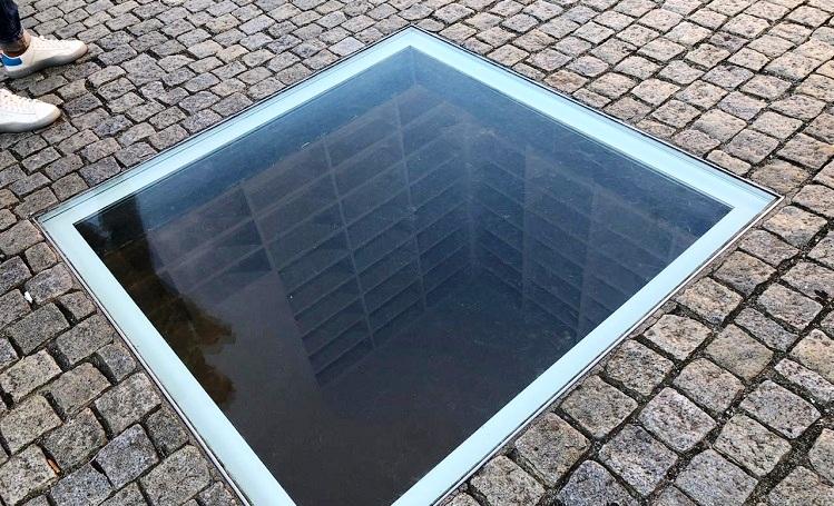 memorial-livros-queimados-bebelplatz-berlim-alemanha-biblioteca