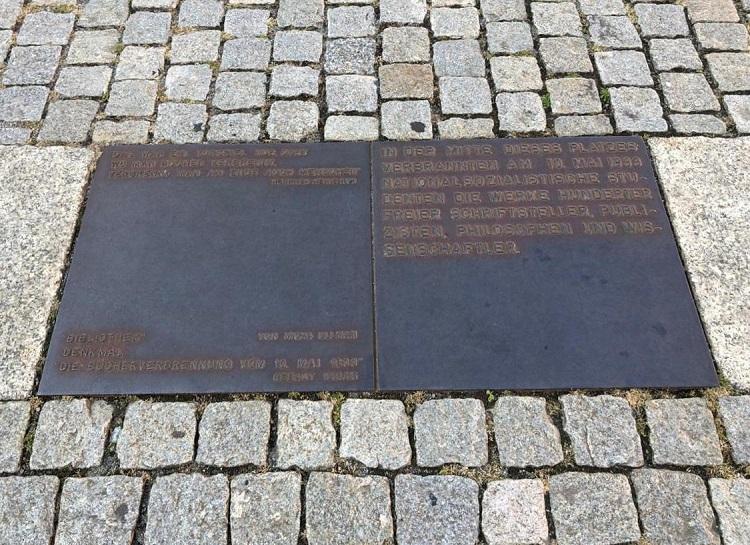 memorial-livros-queimados-bebelplatz-berlim-alemanha-placa