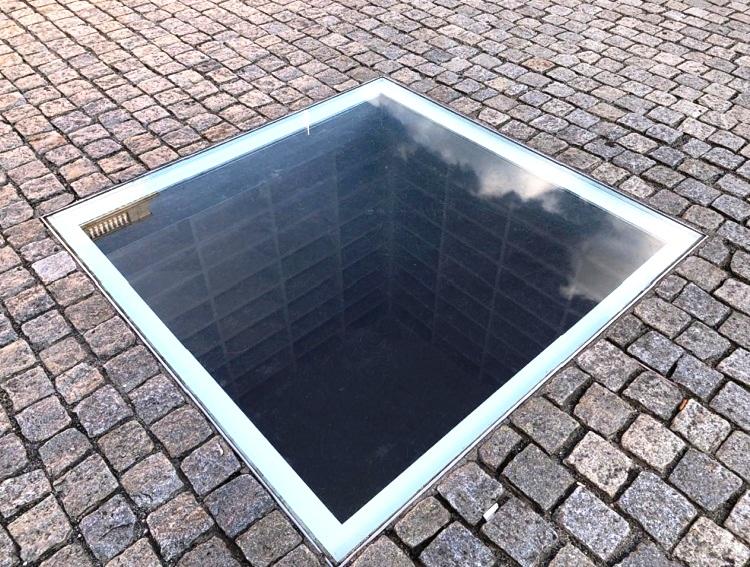 memorial-livros-queimados-bebelplatz-berlim-alemanha