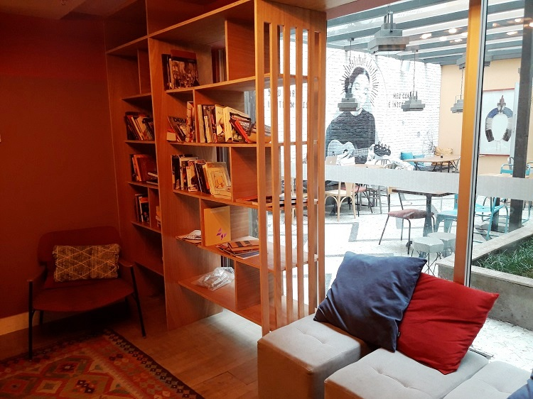 onde-ficar-rio-de-janeiro-selina-lapa-biblioteca2
